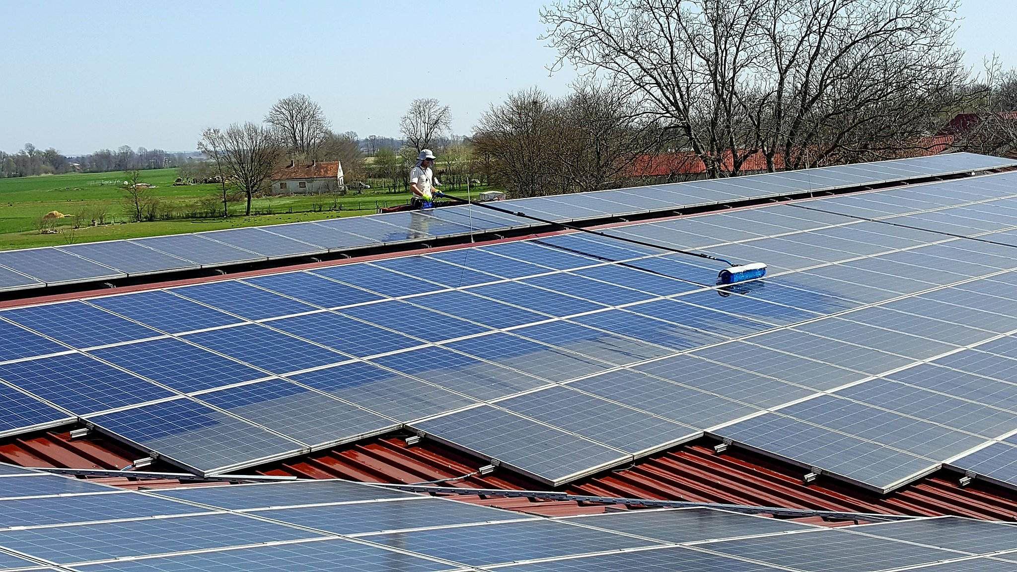čiščenje-sončne-elektrarne